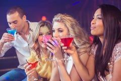 Amis heureux avec des cocktails Images stock
