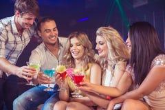 Amis heureux avec des cocktails Photos libres de droits