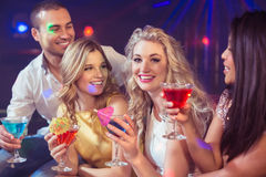 Amis heureux avec des cocktails Images libres de droits