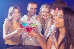Amis heureux avec des cocktails Photographie stock libre de droits