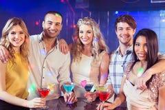 Amis heureux avec des cocktails Image libre de droits