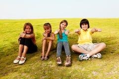 Amis heureux avec des pouces. Photos libres de droits