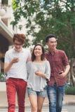 Amis heureux avec des smartphones Photo stock