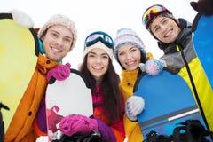 Amis heureux avec des surfs des neiges Image stock