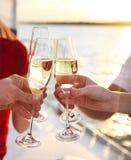 Amis heureux avec des verres de champagne sur le yacht Vacances, trav Photographie stock libre de droits