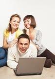 Amis heureux avec l'ordinateur portable Image libre de droits
