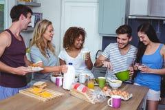 Amis heureux avec la nourriture Image libre de droits