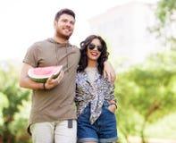 Amis heureux avec la pastèque au parc d'été Image libre de droits