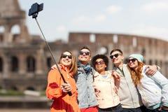Amis heureux avec le bâton de selfie de smartphone Images libres de droits