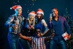 Amis heureux avec le champagne célébrant Noël Photographie stock