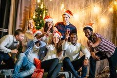 Amis heureux avec le champagne célébrant Noël Photographie stock libre de droits