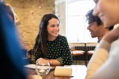 Amis heureux avec le menu au restaurant Photo stock