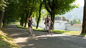 Amis heureux avec le vélo Photo stock