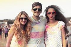 Amis heureux avec les vêtements colorés Photos libres de droits