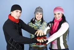 Amis heureux avec leurs mains ensemble dans l'unité Photographie stock libre de droits