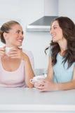 Amis heureux ayant des tasses de café Images stock
