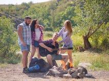 Amis heureux ayant l'amusement à l'extérieur Concept de la jeunesse et d'amitié Images stock