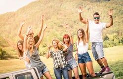 Amis heureux ayant l'amusement à outre du voyage de partie de route Photo stock