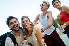 Amis heureux ayant l'amusement au festival de musique Photographie stock libre de droits