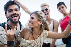 Amis heureux ayant l'amusement au festival de musique Images libres de droits