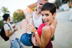 Amis heureux ayant l'amusement au festival de musique Photo stock