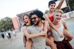 Amis heureux ayant l'amusement au festival de musique Image libre de droits