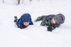 Amis heureux ayant l'amusement avec la neige Photo libre de droits