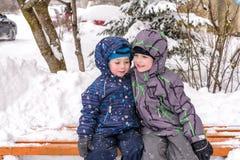 Amis heureux ayant l'amusement avec la neige Images stock
