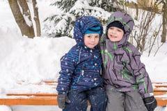 Amis heureux ayant l'amusement avec la neige Photos stock