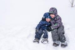 Amis heureux ayant l'amusement avec la neige Photo stock