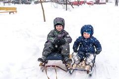 Amis heureux ayant l'amusement avec la neige Image stock