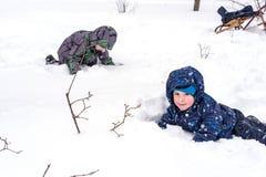 Amis heureux ayant l'amusement avec la neige Photos libres de droits