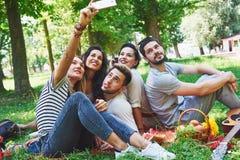 Amis heureux ayant l'amusement dehors en nature Photos libres de droits