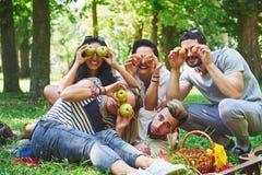 Amis heureux ayant l'amusement dehors en nature Photo stock