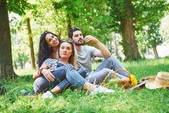 Amis heureux ayant l'amusement dehors en nature Photographie stock