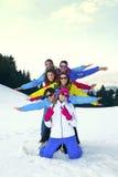 amis heureux ayant l'amusement en montagne Image stock