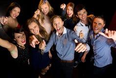 Amis heureux ayant l'amusement ensemble Image libre de droits