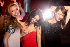 Amis heureux ayant l'amusement ensemble Photos libres de droits