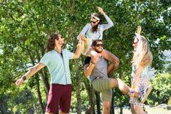 Amis heureux ayant l'amusement ensemble Photo libre de droits