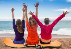 Amis heureux ayant l'amusement ensemble pendant un jour ensoleillé sur le lac Images stock