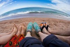Amis heureux ayant l'amusement ensemble pendant un jour ensoleillé sur le lac Photo libre de droits