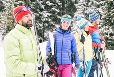 Amis heureux ayant l'amusement sur la neige Images libres de droits
