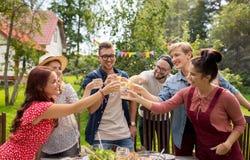 Amis heureux ayant la partie au jardin d'été Images stock