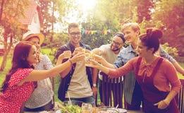 Amis heureux ayant la partie au jardin d'été Photographie stock libre de droits