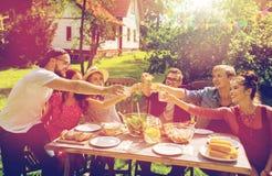 Amis heureux ayant la partie au jardin d'été Photo libre de droits