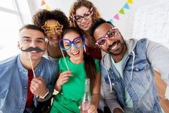 Amis heureux ayant la partie d'amusement à la maison Photos libres de droits