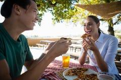 Amis heureux ayant la pizza Image libre de droits