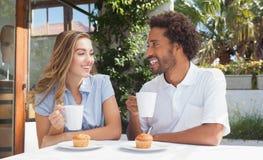 Amis heureux ayant le café ensemble Photographie stock