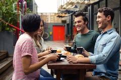 Amis heureux ayant le café ensemble Images libres de droits