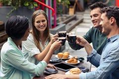 Amis heureux ayant le café ensemble Image libre de droits
